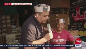 'El Reporñero' platica con un voceador en la calle Artículo 123