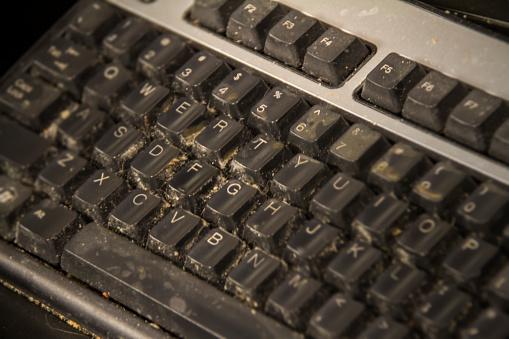 El uso recurrente del teclado de una computadora puede generar suciedad y albergar bacterias que, de no limpiarse, pueden generar enfermedades (GettyImages)