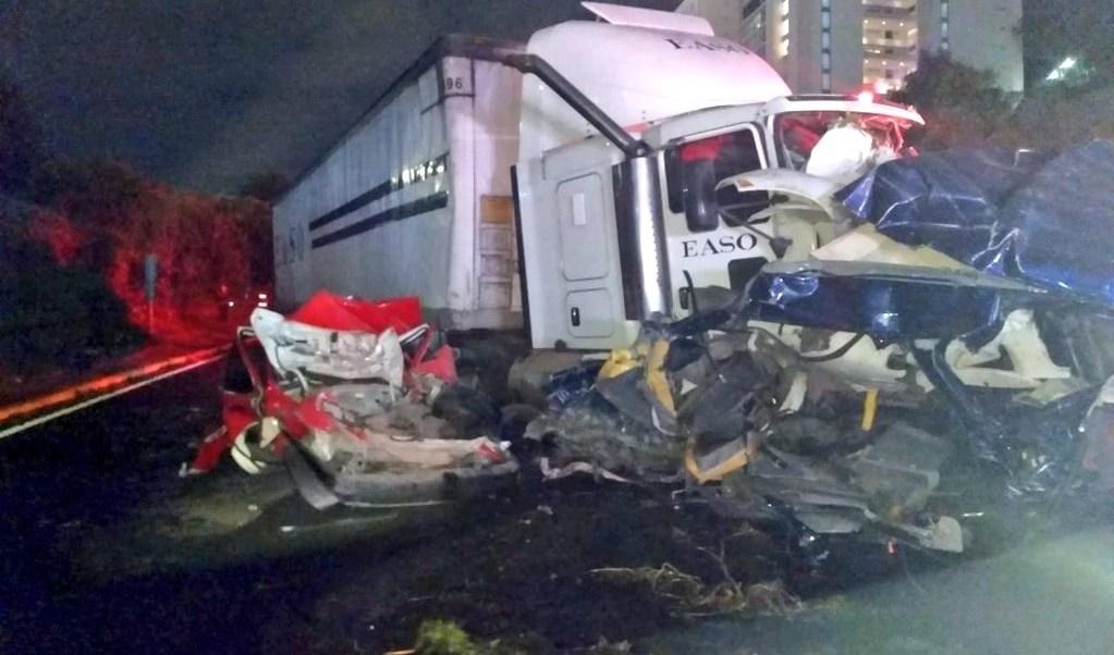Empresa dueña de tráiler lamenta muertes accidente en Santa Fe