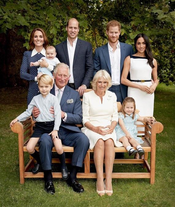 En la primera fotografía se puede ver a la familia del Príncipe Carlos sonriendo y posando para la cámara (Vogue)