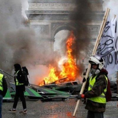 Macron descarta renunciar a alza en combustibles pese a protestas