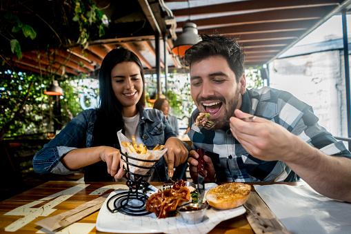 El 41 por ciento atribuyó sus kilos de más a las comidas y cenas en restaurantes (GettyImages/Archivo)