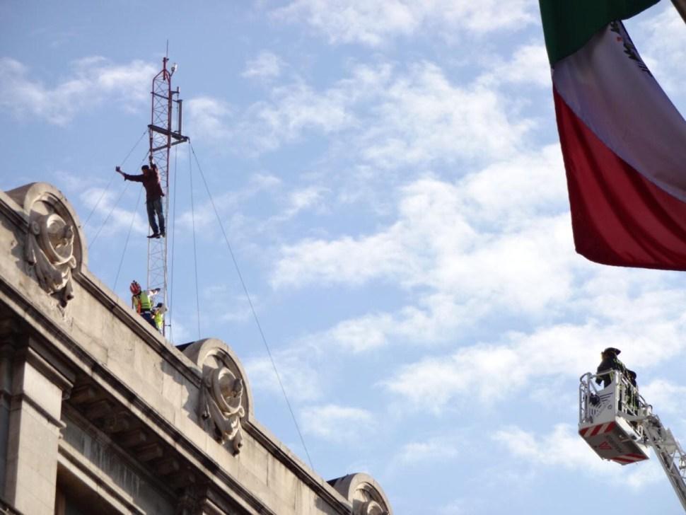 Hombre se niega a bajar de antena en el centro CDMX