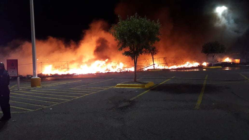 Incendio consume puestos de zapatos en tienda de Sonora