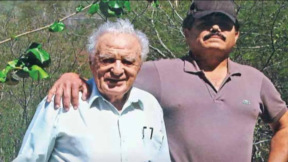 Julio Scherer junto a 'El Mayo' Zambada, su entrevistado, en 2010 (Proceso)