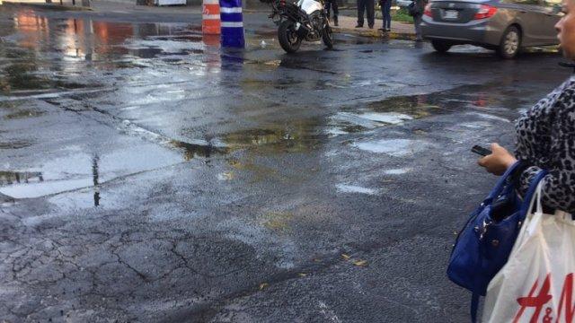 Agua se desperdicia por fuga en colonia Granada, CDMX