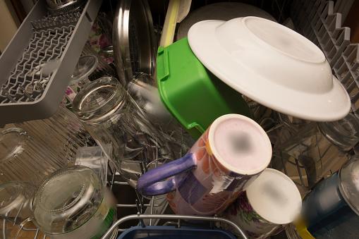 Los platos y vasos se limpian bien en una lavavajillas, pero los residuos que quedan en la máquina lavadora pueden permanecer después del ciclo de lavado (GettyImages)