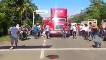 CNTE Chiapas; agrede a chofer que intenta romper bloqueo