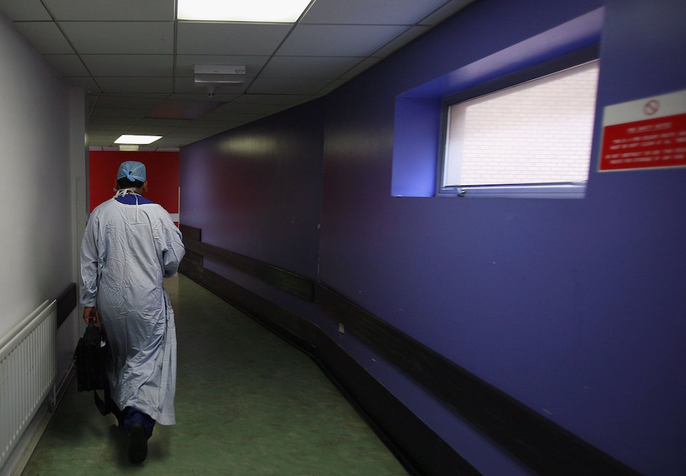 Médico realiza cesárea borracho muere madre bebé