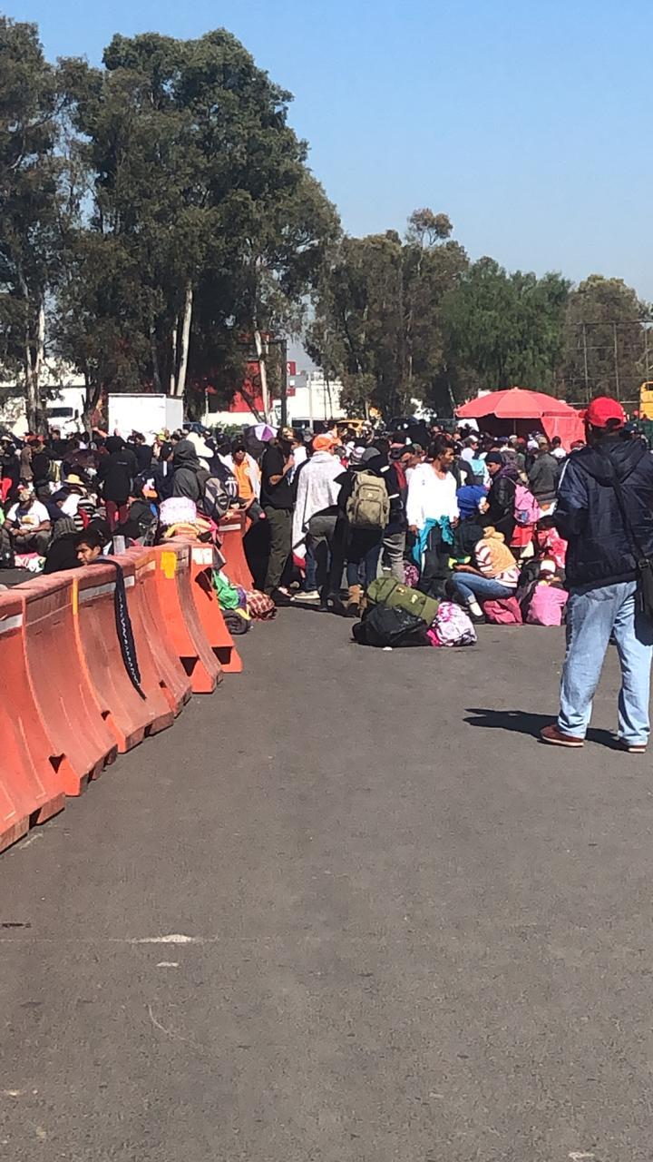 Migrantes bloquean parcialmente la autopista México Querétaro