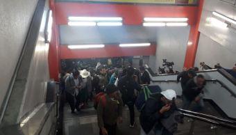 Grupo de migrantes centroamericanos viajan en Metro