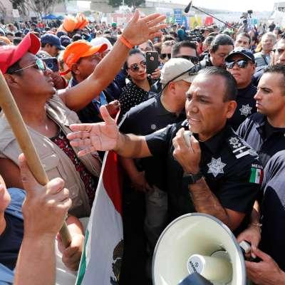 Migrantes avanzan a la Garita de Otay a pedir asilo en Estados Unidos