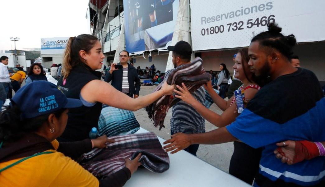 Primer grupo de migrantes pasa la noche en estadio de Querétaro