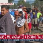Migrantes reciben alimentos en campamento de Magdalena Mixiuhca, CDMX
