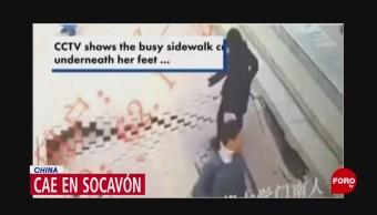 Mujer cae a socavón en China
