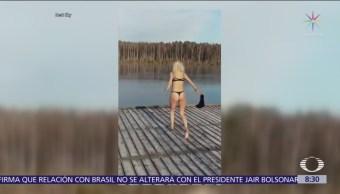 Mujer intenta zambullirse en lago helado, pero choca con capa de hielo