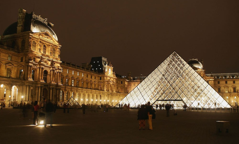 por escote impiden modelo entrar Museo Louvre