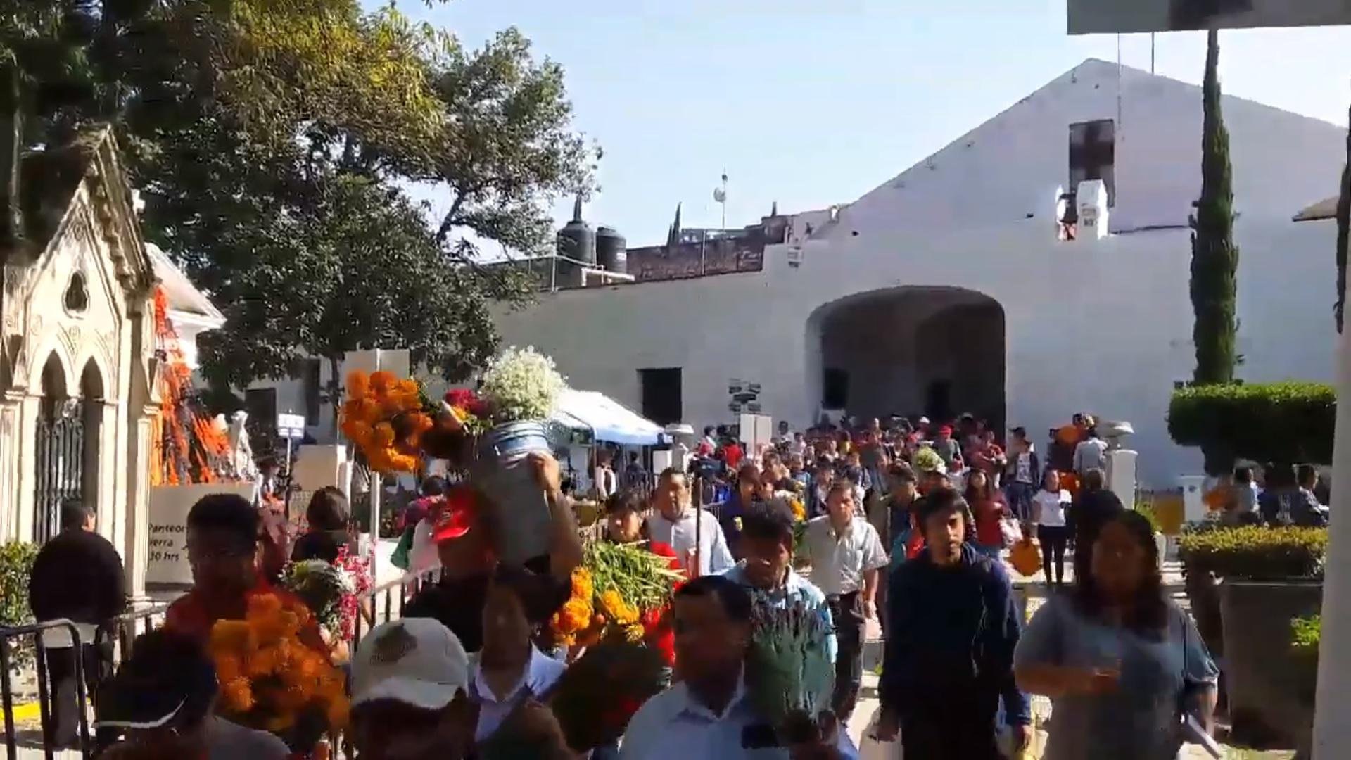 Población de Puebla visita 410 panteones en Día de Muertos