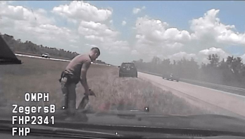 Policía intenta poner multa a toda velocidad y se incendia