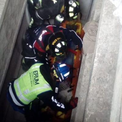 Rescatan a mujer que cayó a una cripta de tres metros de profundidad