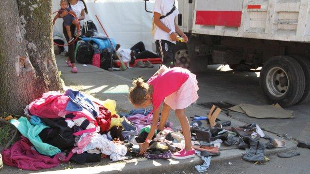 migrantes zapatos tenis acaban ropa mameluco
