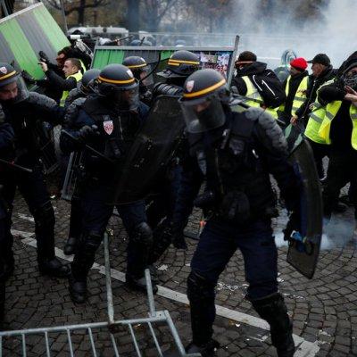 Policías y manifestantes se enfrentan en París en medio de protestas por 'gasolinazo'