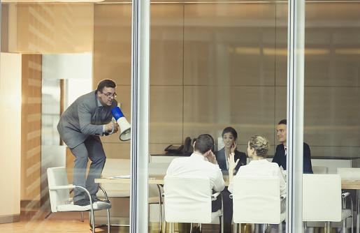 SI tu jefe solo da retroalimentación negativa de tu trabajo, quizá no sea el ambiente laboral más saludable para estar (GettyImages)