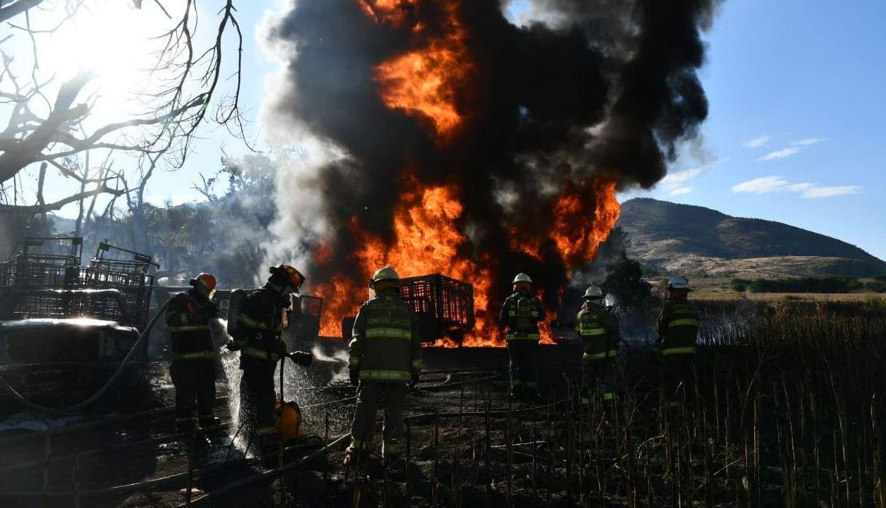 Incendio por toma clandestina consume autos en Tlajomulco