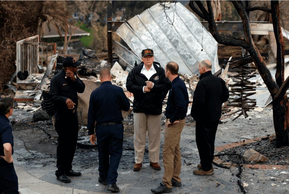 Trump visitó la zona afectada por incendios en California. (AP)