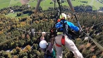Turista vuela sin arnés en vuelo de ala delta en Suiza