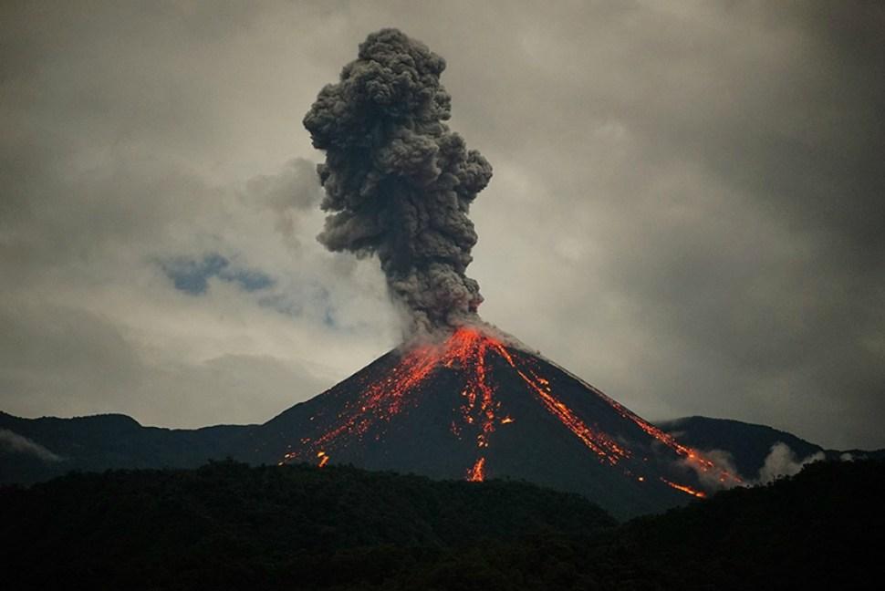 Una de las impresionantes imagenes de la erupción más reciente del volcán Reventador, cercano a Quito, la capital de Ecuador (Razon)