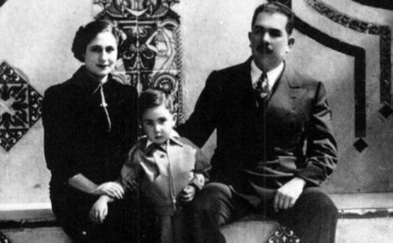 Una fotografía de Lázaro Cárdenas, Amalia Solórzano y su hijo Cuauhtémoc en la residencia oficial de Los Pinos (Revista Replicante)