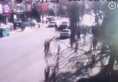 Vehículo atropella a niños en China; hay 5 muertos y 18 heridos