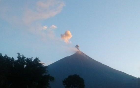 Volcán de Fuego de Guatemala sigue con erupción efusiva