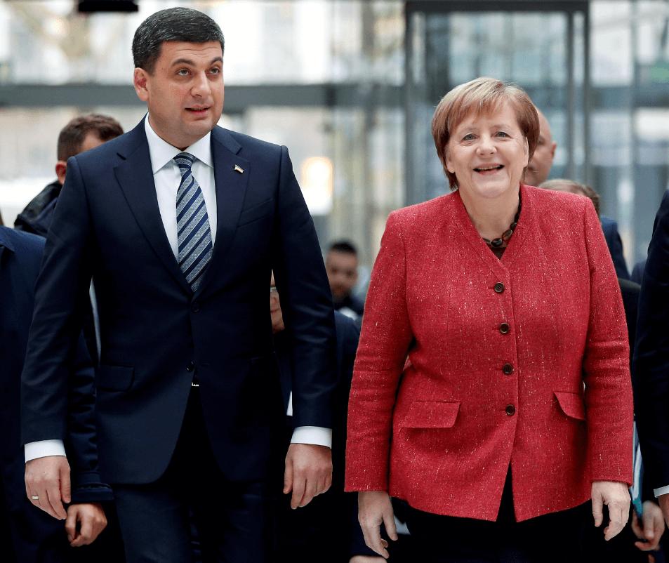 Volodímir Hroisman y Angela Merkel. (AP)