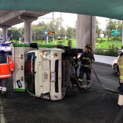 Vuelca camioneta y afecta tránsito en Periférico, CDMX