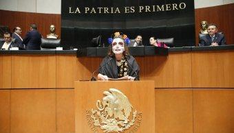 Xóchitl Gálvez sube a tribuna disfrazada de Catrina