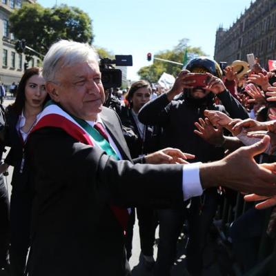 López Obrador se da un baño de masas tras ser investido presidente de México