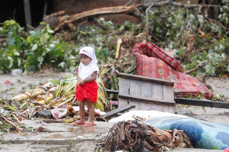 Elevan a 429 la cifra de muertos tras el tsunami de Indonesia