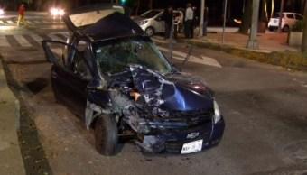Auto termina sobre camellón en Reforma por choque