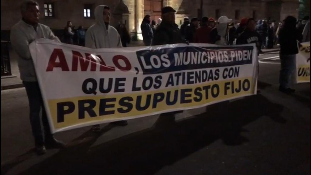 Alcaldes perredistas piden audiencia a AMLO frente a Palacio