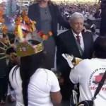 Video AMLO Arrodillado Ceremonia Zócalo CDMX