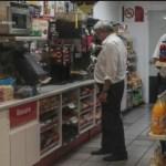 AMLO se compra un café en minisúper