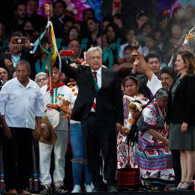 Indígenas entregan a AMLO Bastón de Mando en el Zócalo
