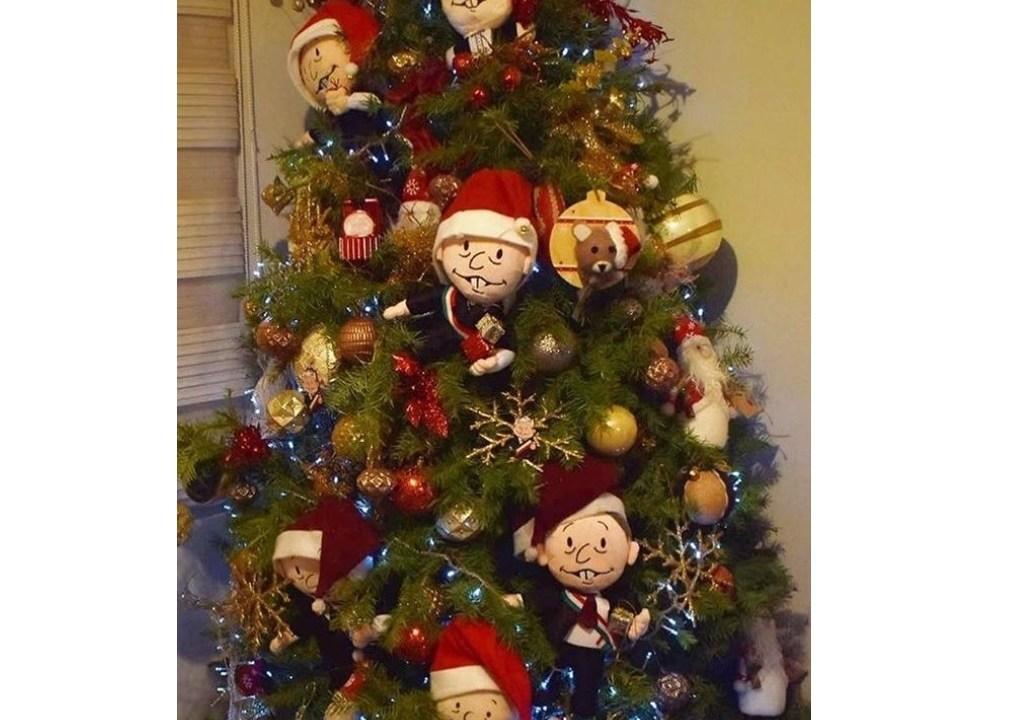 Árbol de navidad con figuras de AMLO lo presume esposa