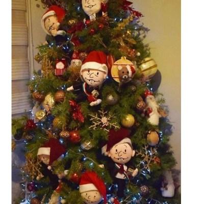 Beatriz Gutiérrez Müller publica imagen de árbol de navidad decorado con pequeños AMLO