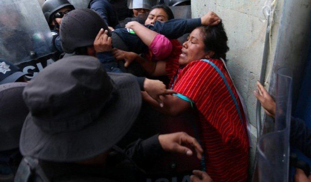 Artesanos triquis se enfrentan con personal de alcaldía Cuauhtémoc