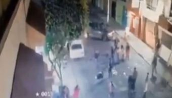 Video: Automovilista embiste a vecinos durante posada