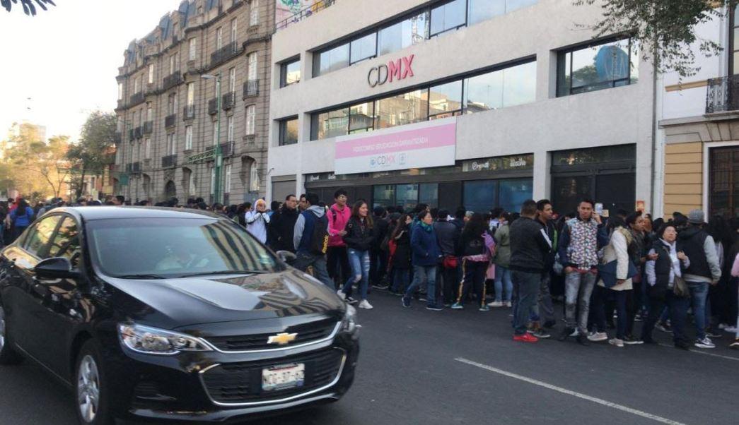 Estudiantes bloquean Bucareli, en CDMX, por renovación de becas