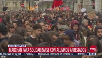 Estudiantes de secundaria exigen destitución de presidente de Francia